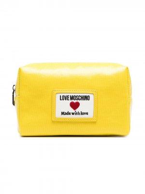 Косметичка из искусственной кожи с нашивкой-логотипом Love Moschino. Цвет: желтый