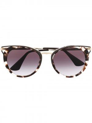 Солнцезащитные очки в оправе кошачий глаз Prada Eyewear. Цвет: коричневый