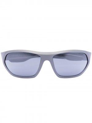 Солнцезащитные очки Sport в прямоугольной оправе Prada Eyewear. Цвет: серый
