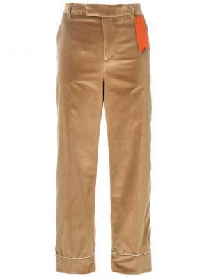 Расклешенные брюки с контрастной аппликацией The Gigi. Цвет: нейтральные цвета