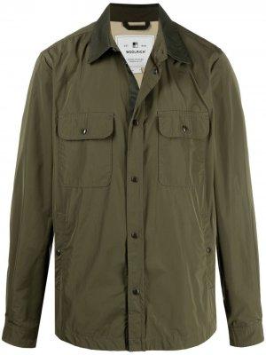 Куртка-рубашка с контрастным воротником Woolrich. Цвет: зеленый