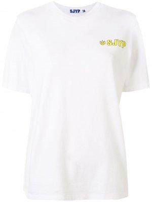 Футболка с логотипом SJYP. Цвет: белый