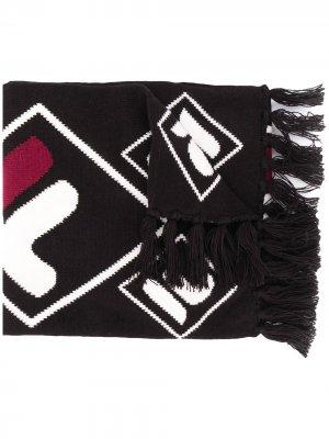 Шарф с бахромой и логотипом Fila. Цвет: черный