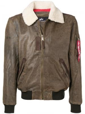 Куртка с воротником из овчины Alpha Industries. Цвет: коричневый