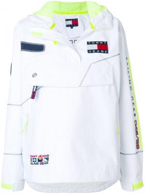 Ветровка с логотипом и капюшоном Tommy Jeans. Цвет: белый