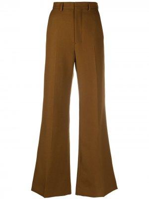 Расклешенные брюки строгого кроя AMI Paris. Цвет: коричневый
