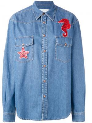 Джинсовая рубашка с морским коньком Ava Adore. Цвет: синий