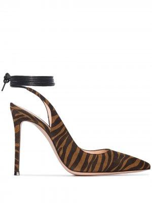 Туфли с зебровым узором и завязками Gianvito Rossi. Цвет: коричневый