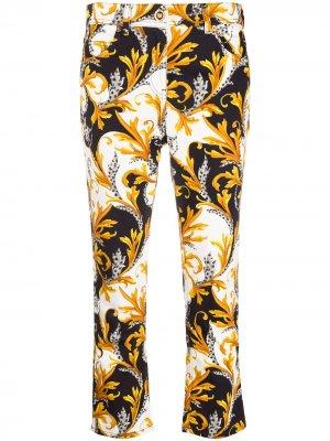 Укороченные джинсы с логотипом Versace. Цвет: белый