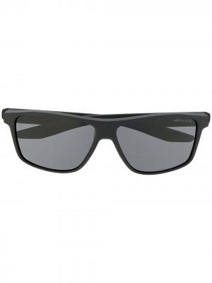 Солнцезащитные очки в квадратной оправе Nike. Цвет: серый