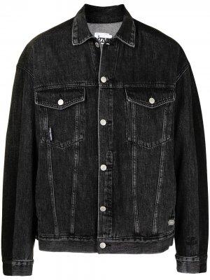 Джинсовая куртка с нашивкой-логотипом izzue. Цвет: черный