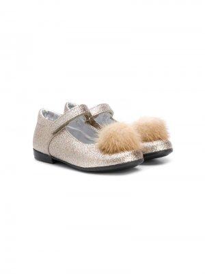 Туфли с помпонами Monnalisa. Цвет: золотистый