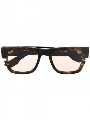 Солнцезащитные очки в оправе черепаховой расцветки Dita Eyewear. Цвет: коричневый