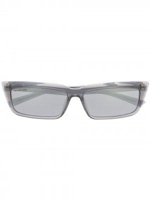 Солнцезащитные очки Tip в прямоугольной оправе Balenciaga Eyewear. Цвет: серый