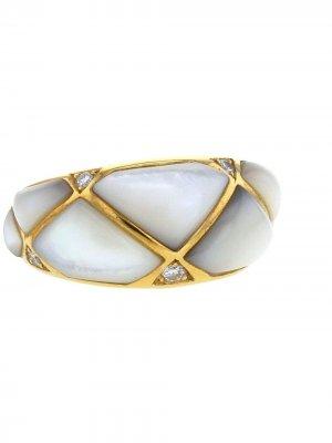 Кольцо Geometric 1990-х годов из желтого золота с перламутром и бриллиантами Van Cleef & Arpels. Цвет: белый