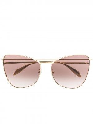 Солнцезащитные очки в оправе кошачий глаз Alexander McQueen Eyewear. Цвет: золотистый
