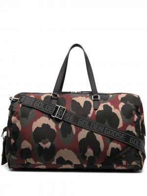 Дорожная сумка с камуфляжным принтом Golden Goose. Цвет: черный