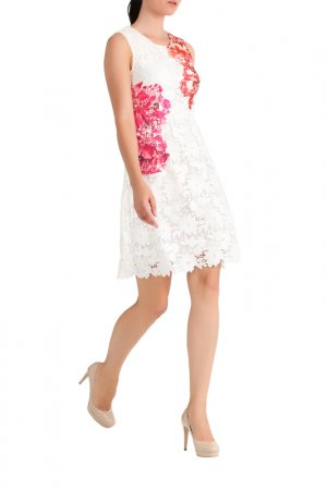 Кружевное платье Apart. Цвет: кремовый