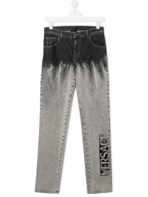 Джинсы с эффектом потертости и логотипом Versace Kids. Цвет: серый