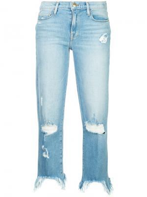 Укороченные джинсы с рваными деталями FRAME. Цвет: синий