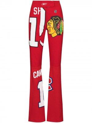Расклешенные брюки с графичным принтом Conner Ives. Цвет: красный