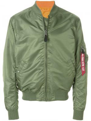 Куртка-бомбер с карманом на рукаве Alpha Industries. Цвет: зеленый
