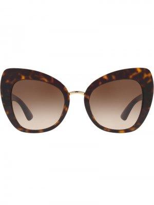 Затемненные солнцезащитные очки в оправе кошачий глаз Dolce & Gabbana Eyewear. Цвет: коричневый