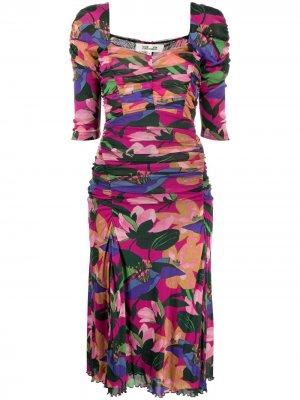 Платье со сборками и цветочным принтом DVF Diane von Furstenberg. Цвет: розовый