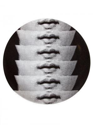 Тарелка с изображением губ Fornasetti. Цвет: черный