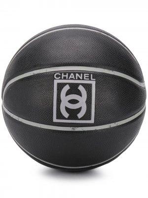 Баскетбольный мяч с логотипом CC Chanel Pre-Owned. Цвет: черный