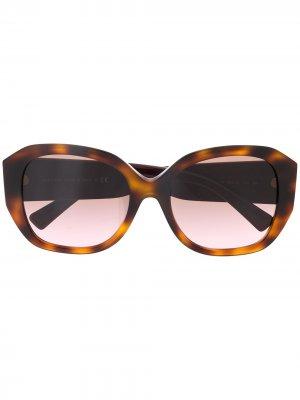 Солнцезащитные очки в массивной оправе Valentino Eyewear. Цвет: коричневый