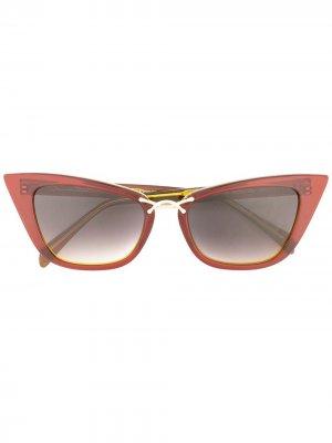 Солнцезащитные очки в массивной оправе кошачий глаз Oscar de la Renta. Цвет: красный