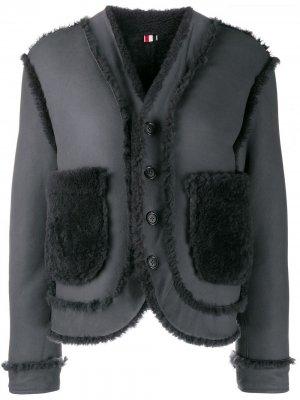 Двусторонняя дубленка с приспущенными плечами Thom Browne. Цвет: серый