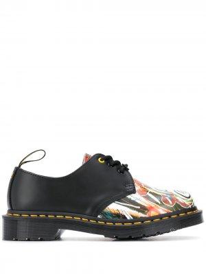 Туфли на шнуровке с графичным принтом Dr. Martens. Цвет: черный