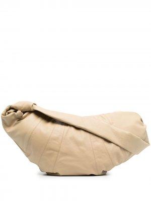 Большая сумка на плечо Croissant Lemaire. Цвет: нейтральные цвета