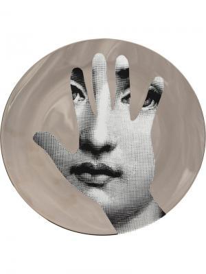 Настенная тарелка T&V с принтом Fornasetti. Цвет: серый
