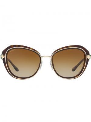 Солнцезащитные очки в круглой оправе с золотистой отделкой Bulgari. Цвет: коричневый