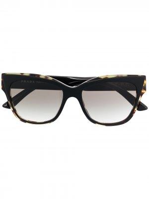 Солнцезащитные очки в квадратной оправе черепаховой расцветки Prada Eyewear. Цвет: черный