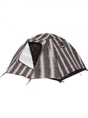 Палатка TNF со змеиным принтом Supreme. Цвет: черный