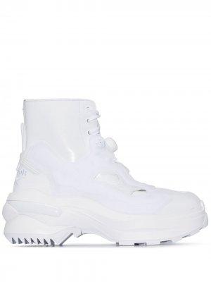 Высокие кроссовки Instapump Fury Tabi из коллаборации с Reebok Maison Margiela. Цвет: белый