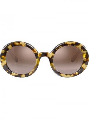 Солнцезащитные очки в круглой массивной оправе Miu Eyewear. Цвет: коричневый