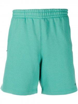 Базовые шорты adidas by Pharrell Williams. Цвет: зеленый